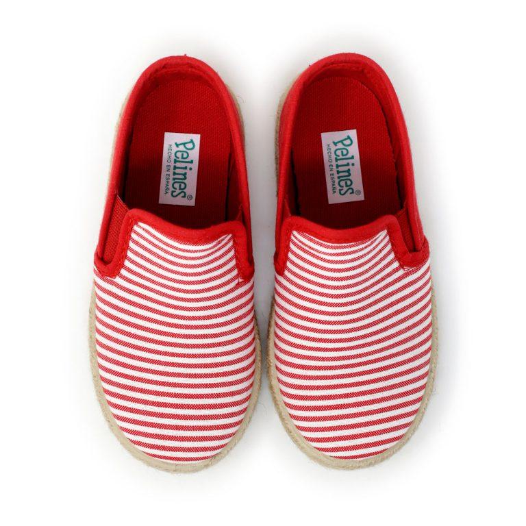 Alpargata de lona roja rayada con elásticos 'slip on' en los laterales, para niño