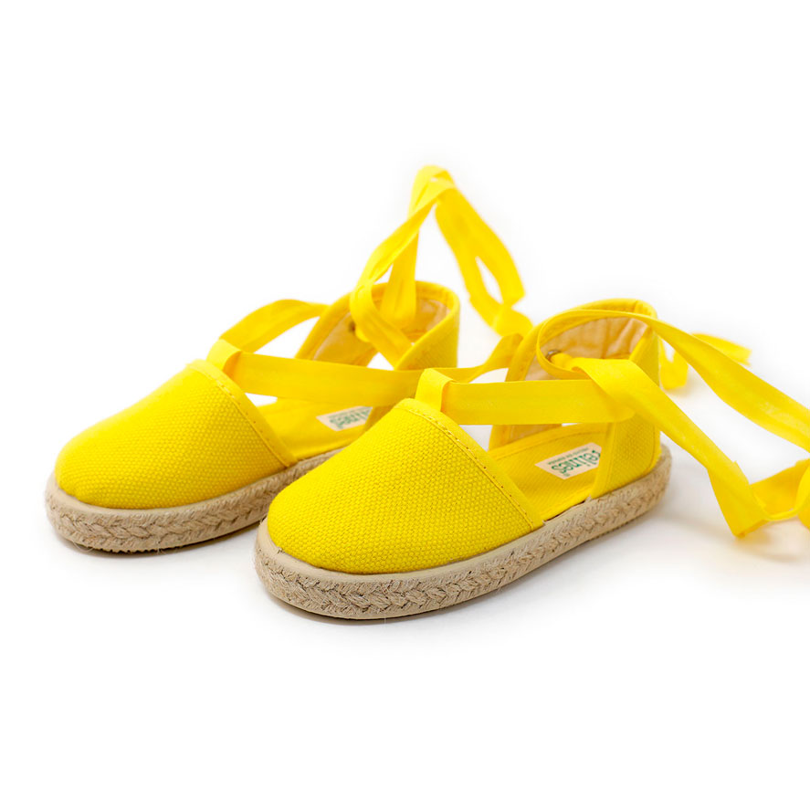 Alpargata valenciana amarilla de yute con cinta lazada al tobillo, para niña