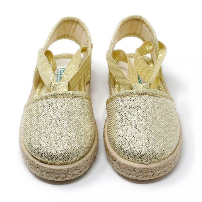 Alpargata valenciana metalizada en oro de yute con cinta lazada al tobillo, para niña