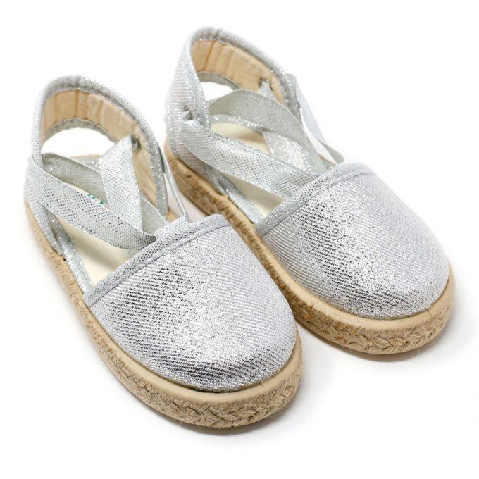 Alpargata valenciana metalizada en plata de yute con cinta lazada al tobillo, para niña